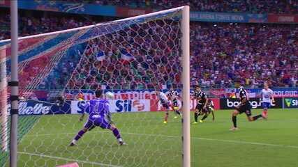 Bahia chega duas vezes com perigo e assusta o Vasco logo no início do jogo, aos 5' do 1ºT