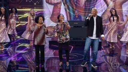 Trio Esperança improvisa no palco do Domingão