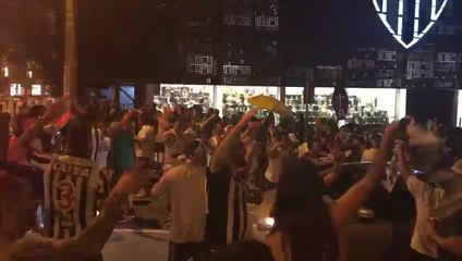 Torcedores comemoram o rebaixamento do Cruzeiro em frente à sede do Atlético-MG
