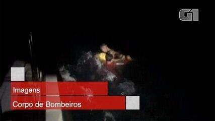 Bombeiros resgatam pecador que caiu no mar em Ilhabela