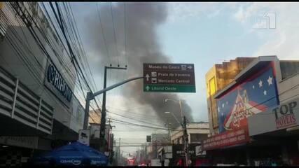 Incêndio atinge loja no Centro de Fortaleza desde a tarde de quarta-feira (10)