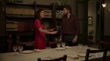 Danilo percebe armação de Thelma e desiste de jantar com Lurdes e Camila
