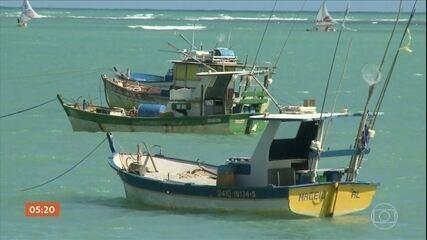 Pescadores prejudicados por manchas de óleo no Nordeste começam a receber auxílio