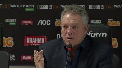 """Abel Braga fala sobre quando exaltaram as cores da caneta do Osorio e diz: """"Vou começar a mostrar a cor da minha cueca""""."""