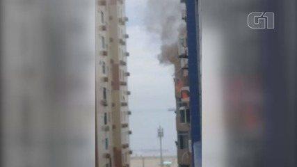 Incêndio atinge prédio residencial e assusta moradores em Santos, SP