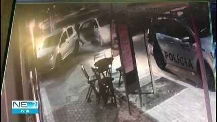 Vídeo mostra momento em que homem que beijou namorado é empurrado por PM