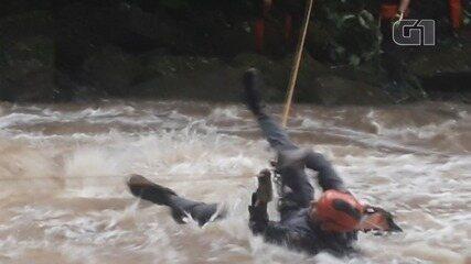 Turistas são resgatados por bombeiros após cabeça d'água em cachoeira em SP; Vídeo