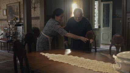 Lola recebe padre Venâncio em sua casa