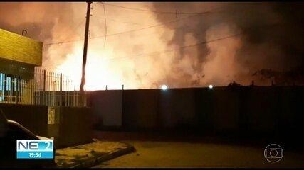 Incêndio é registrado na área de estação do metrô, em Afogados, na Zona Oeste