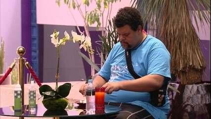 Babu faz refeição sozinho, enquanto brothers do Camarote dormem
