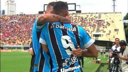 Gol do Grêmio! Fabrício invade a área e bate para o gol. A bola desvia em Tiago Barbosa e mata o goleiro, aos 7 do 2º
