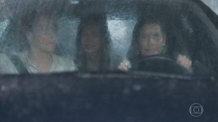 Kyra, Alexia e Luna vão atrás de Renzo durante o furacão