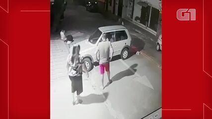 Preciso Autocomplacencia admiración  Dupla armada aborda casal e rouba carro no Bairro Carlito Pamplona, em  Fortaleza; veja vídeo   Ceará   G1