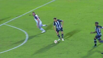Gol do Figueirense! Pedro Lucas recebe de Patrick, gira e faz belo gol