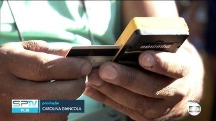 Criminosos aplicam golpe do cartão trocado nos blocos de carnaval