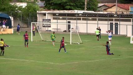 Juninho Arcanjo serve Genildo, que pega de primeira e manda por cima do gol