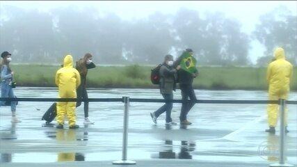Brasileiros repatriados passam primeira noite de quarentena na Base Aérea de Anápolis (GO)