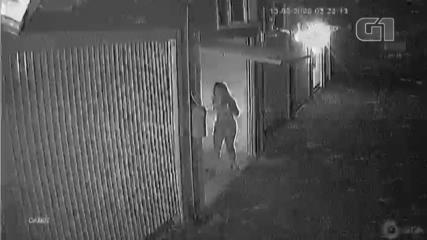 Câmera de segurança flagram momento em que carro chega ao motel em Novo Hamburgo