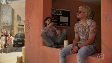 Ryan convida Elias para ir até o seu hotel