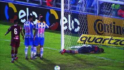Vinícius Leite cobra escanteio, Lucas Mendes raspa de cabeça e marca gol contra, mas o árbitro vê falta no lance