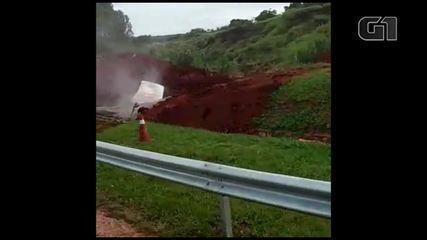 Ônibus cai em cratera aberta em trecho interditado na Rodovia Marechal Rondon