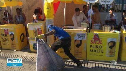 Reciclagem de latas e plástico no carnaval garantem renda extra para catadores em Salvador