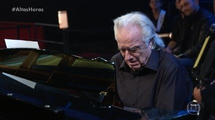 Maestro João Carlos Martins toca piano