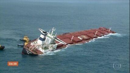 Mergulhadores avaliam o tamanho dos rombos no navio encalhado na costa do Maranhão