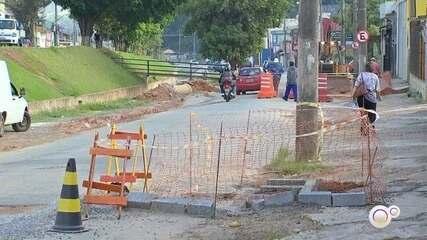 Obras na Avenida Bertioga atrapalham motoristas em Várzea Paulista