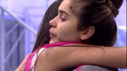 Flayslane abraça Gizelly