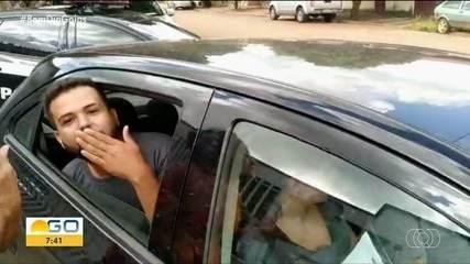 Vereador ri e manda beijinho ao ser preso suspeito de 'rachadinha' em Firminópolis; vídeo