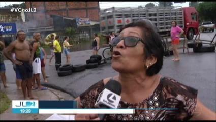 Em Belém, moradores protestam e se desesperam vendo água invadir ruas e casas