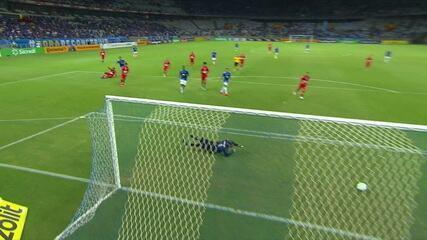 Marcelo Moreno arrisca de fora da área e assusta o goleiro do CRB, aos 2' do 1ºT