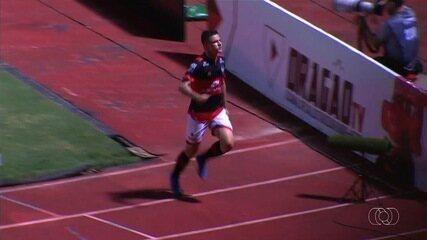 Gol do Atlético-GO! Renato Kayzer dribla o goleiro e amplia, aos 41 minutos!