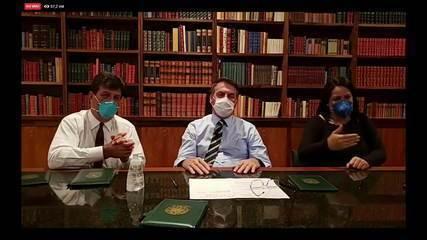 Bolsonaro usa máscara em transmissão na internet após fazer teste do coronavírus