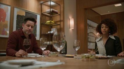 Vitória e Raul recebem Miranda e Matias para jantar