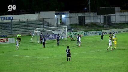 Echeverría recebe bola na pequena área e perde gol com defesa batida; veja vídeo