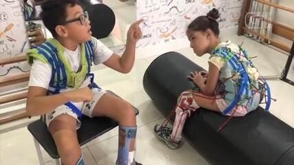 Menino fala para amiga não desistir de sessão de fisioterapia e viraliza na web
