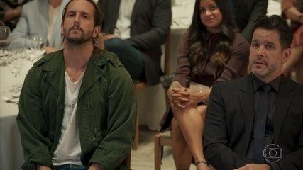 Davi se surpreende quando Álvaro convoca Benjamim ao palco
