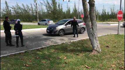 Guarda fiscaliza carros com placas de outras cidades na entrada de Arraial do Cabo, no RJ
