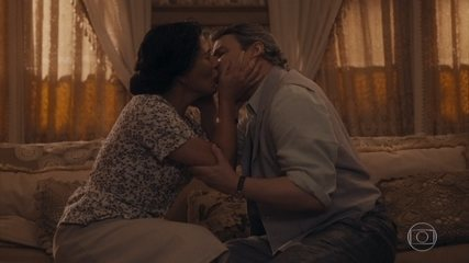 Afonso e Lola se beijam