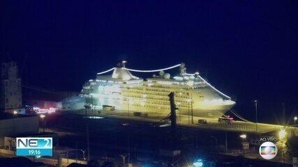Viajantes que estavam em navio retido no Recife por causa do coronavírus são retirados