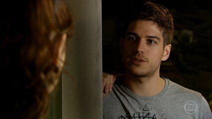 Rafael descobre que Amália é irmã de Antenor