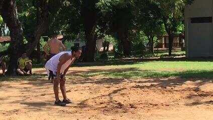 Ronaldinho Gaúcho joga futevôlei em presídio no Paraguai