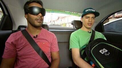 O atleta Cássio Lopes, que é cego, mostra dificuldades de acessibilidade das ruas