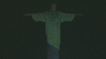 """Cristo veste """"jaleco"""" e homenageia médicos durante pandemia"""