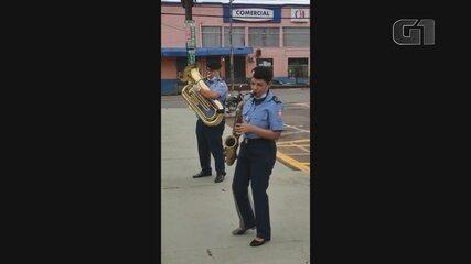 Guardas levam música para profissionais em unidade referência do Covid-19 em Macapá