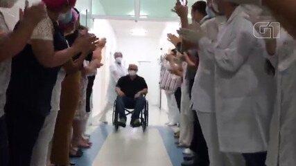 Médico curado de coronavírus se emociona ao receber corredor de aplausos em Caraguatatuba