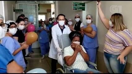 Técnica de enfermagem recebe alta com comemoração após contrair Covid-19