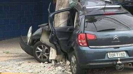 Homem morre após bater carro contra poste durante perseguição policial em Campinas